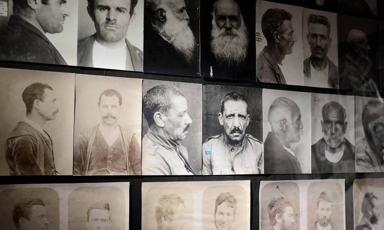 foto segnaletiche dei banditi, esposte al museo del banditismo di Aggius, in Sardegna
