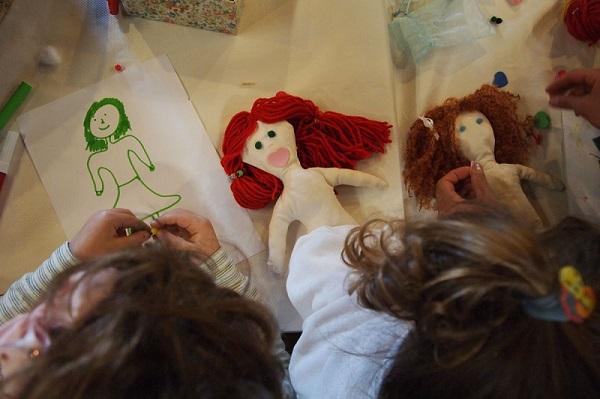 bambini che realizzano le bambole di pezza durante un laboratorio al museo di Aggius