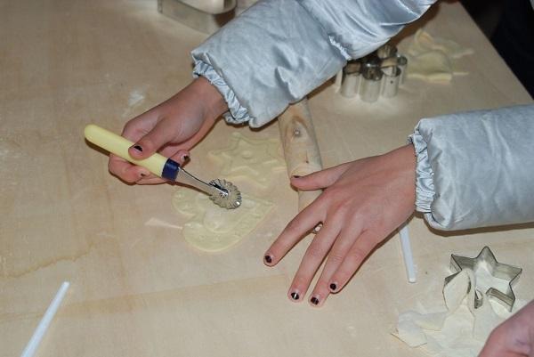 mani che lavorano il pane durante un laboratorio al museo di Aggius, Sardegna