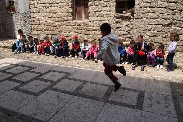 """bambini che giocano a """"pampana"""" durante il laboratorio svoltosi al museo di Aggius, Sardegna"""