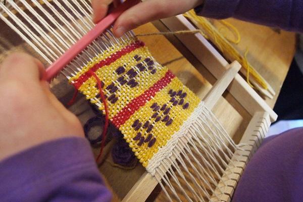 partecipanti che imparano ad un corso di tessitura organizzato nel museo di Aggius, Sardegna