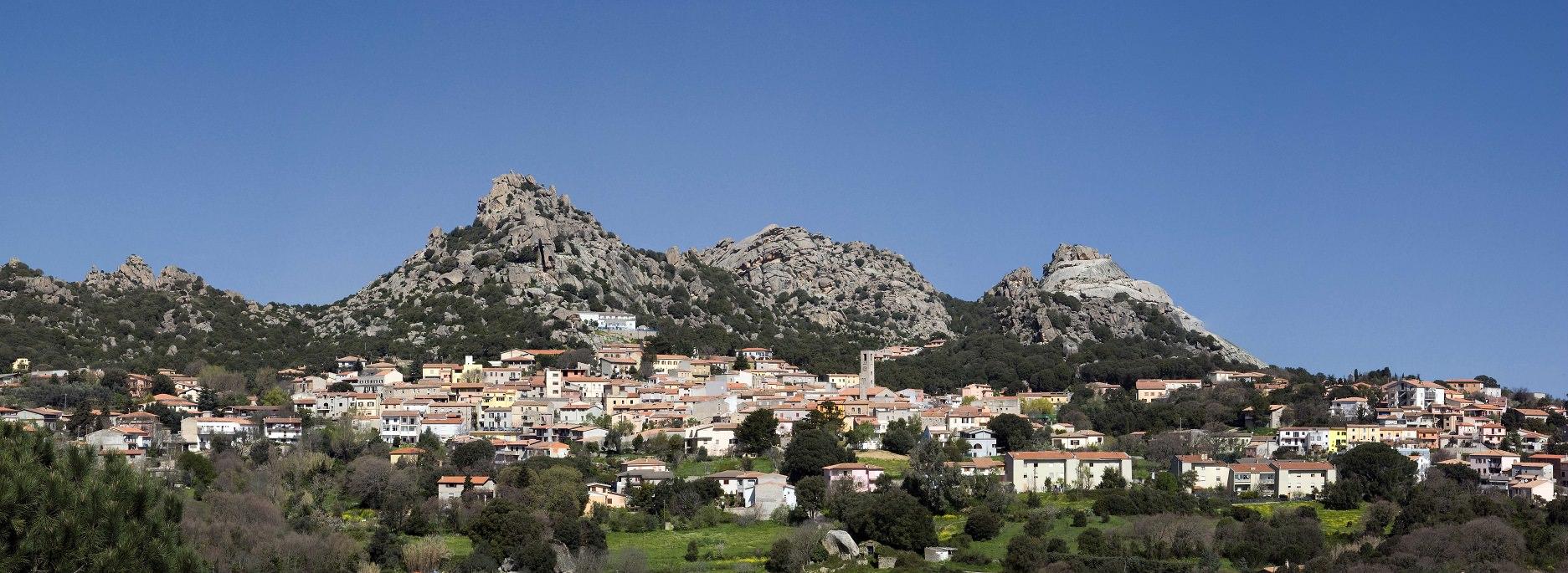 foto panoramica di Aggius, in Gallura, Sardegna