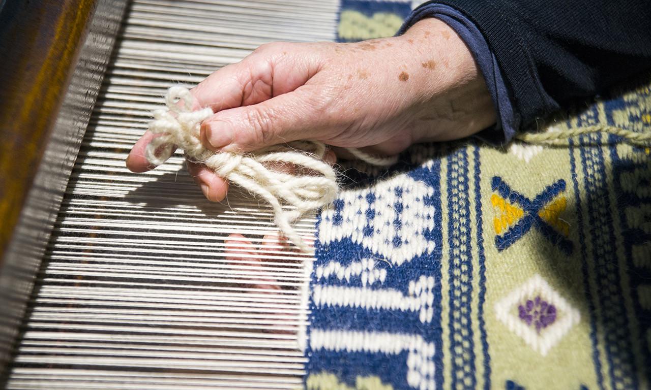 donna che realizza il tipico tappeto di Aggius