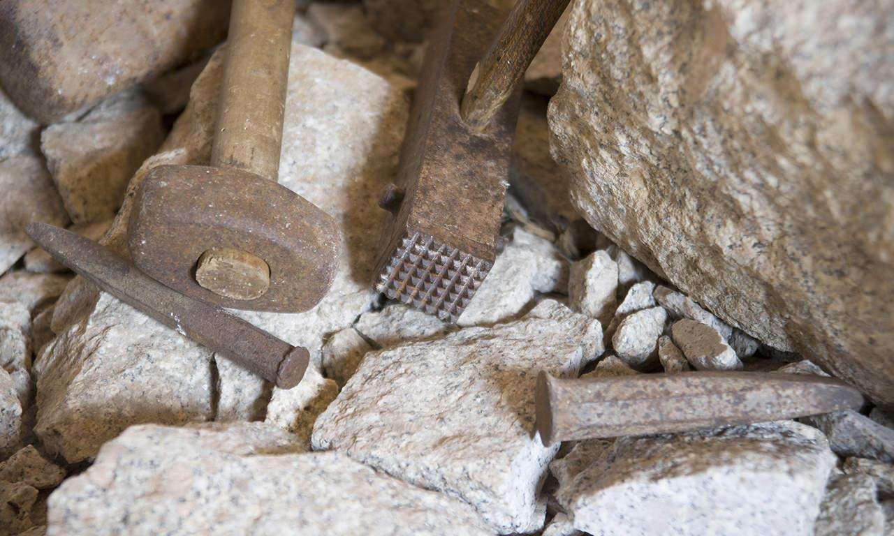 particolare degli attrezzi utilizzati per lavorare il granito, esposti nel museo di Aggius, in Sardegna